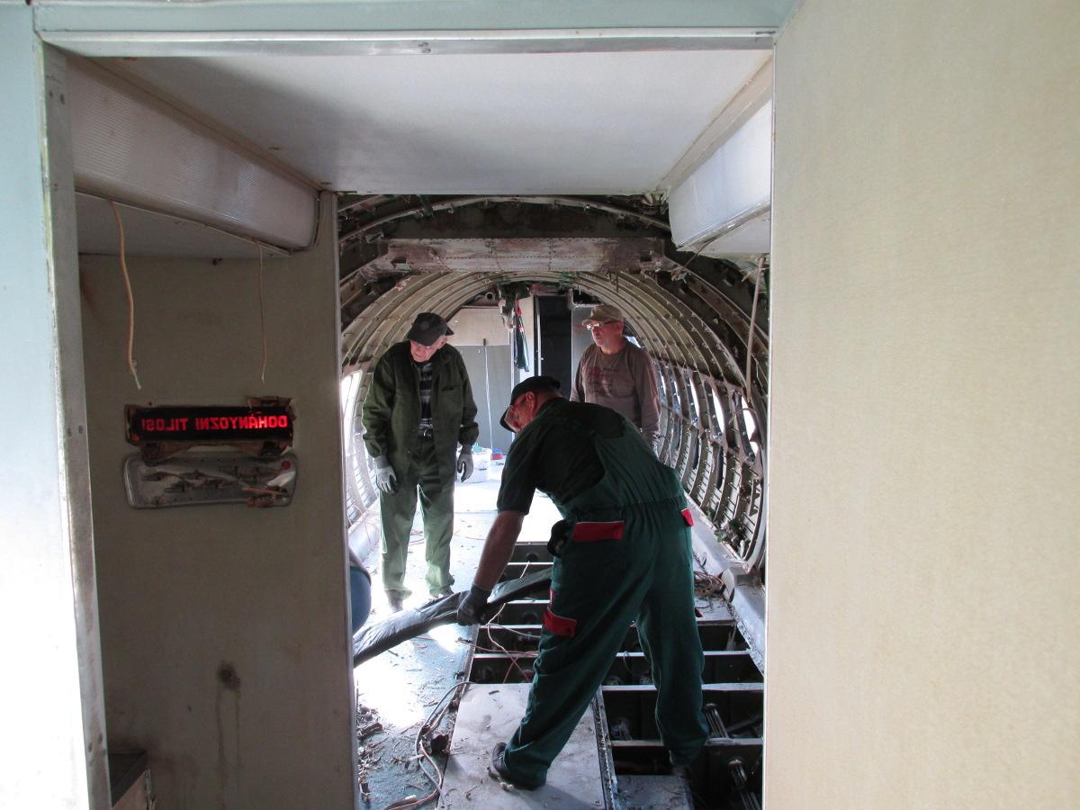 Jelenetek a keceli An-24V átváltozásából #11